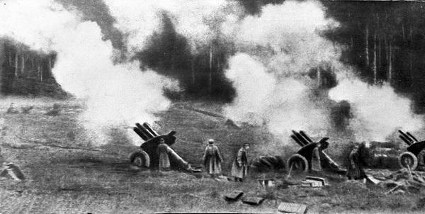 """Операция """"Багратион"""". Июнь 1944 года. Советская артиллерия ведет огонь в районе Могилева. Фото БЕЛТА"""