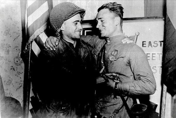 2-й лейтенант армии США Уильям Робертсон и советский лейтенант Александр Сильвашко